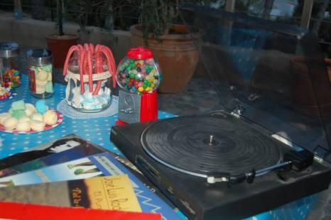 Mesa Dulce con Tocadiscos de los 60, Discos de Vinilo y Dispensador de Chicles